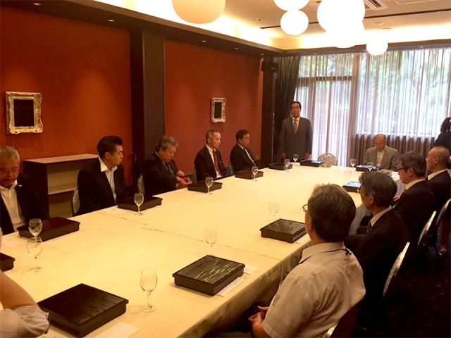 式典後、上野のホテルにて。挨拶する高田会長。