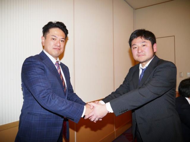 前日の青年部会総会にて役員を改選。新青年部会長の濱﨑甚(左)と前任の山本慶大(右)